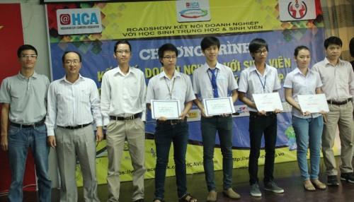 Trao học bổng cho sinh viên CNTT trong chương trình tại ĐH Sư phạm Kỹ thuật TP. HCM